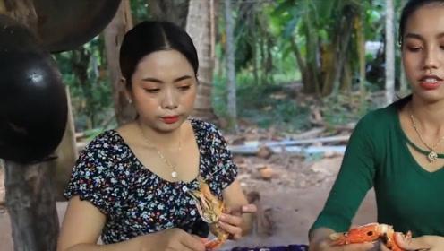 姐妹俩食用烧烤长臂虾,美味又营养,网友:又开始馋我了