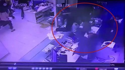 男子全副武装抢劫银行 前一秒霸气跳上柜台下一秒悲剧了