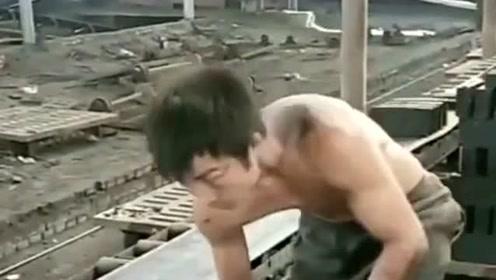 每个人都不是容易的,这位小哥每天都要在这工地搬砖,为了生活而打拼!