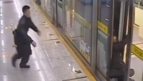 女乘客下车刹那昏厥!站务员小哥闪电飞身上前将其托住