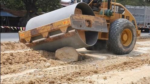 压路机遇到一块大石头会怎么样?一脚油门下去,下一秒霸气侧漏!