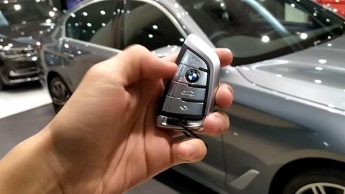 2020款宝马5系530i,按下钥匙打开车门,看到氛围灯那刻太惊艳了