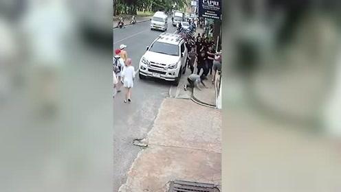 游客与服务员发生争执 遭全餐厅员工当街追着打