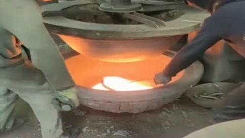工人正在生产铁锅,浪费了很多铁水,看上去很可惜!