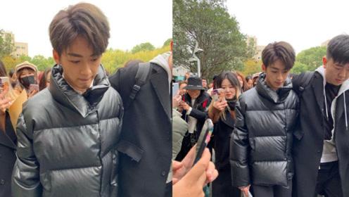 网友偶遇何洛洛参加浙传艺考 在人群中十分吸睛