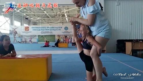 体操女孩第一节拉伸课就疼哭了,网友:下节课孩子还能来吗