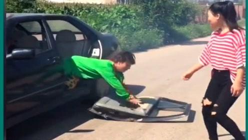 农村小伙开车搭讪,没想到车门突然掉了,这下尴尬了