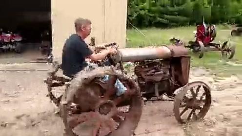 启动手摇启动古董拖拉机,还能启动,质量真好!