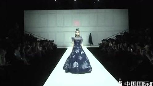 藏蓝色长裙,白色镶边凸显雅韵,优雅魅惑!
