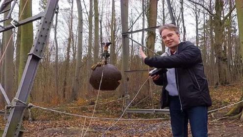 老外将4吨钢球从高空扔下,体验地震时的感觉,网友:我以为真的
