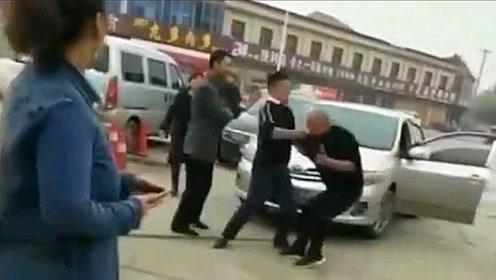 买肉起争执,转身回家抄家伙,5秒后场面彻底失控!