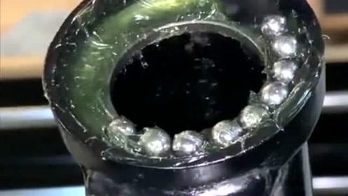 正在生产的就是摩托车轴承,每粒珠子都有它的使命,可以保证车子正常运行!