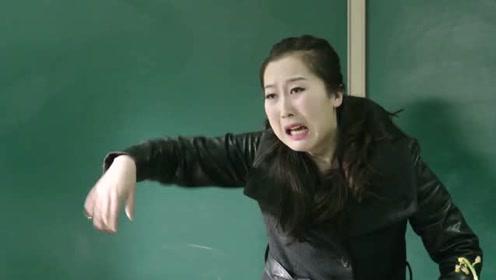 自习课上老师疲于管理秩序,女生主动站出,几句话后老师崩溃了