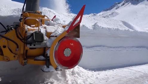 多少人没见过这么厚的雪?开着铲雪车全速前进,过程很舒适