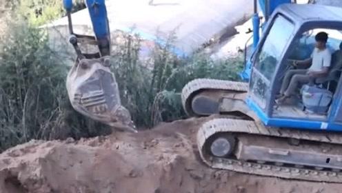 挖掘机挖大坑,这挖掘机竟然是蓝色的,真好看!有没有被惊艳到!