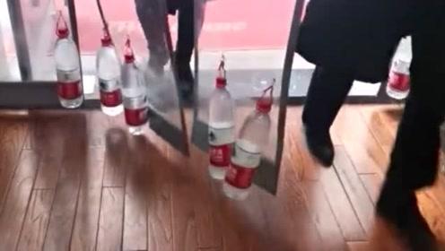 冬天到饭馆吃饭,老板为了防止门帘进冷气,在上面吊了几瓶矿泉水