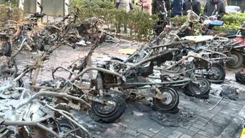 又一起!熊孩子玩火引火灾,20多辆电动车被烧成框架