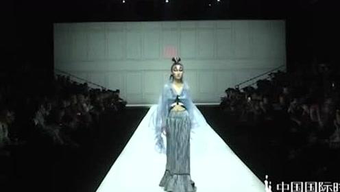 藏蓝色民族风长裙,小姐姐穿上气质大增,太惊艳了