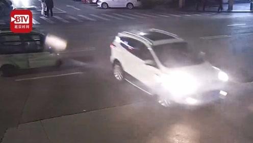 两男子酒驾连撞两车后逃逸 接到民警电话还约一起喝酒