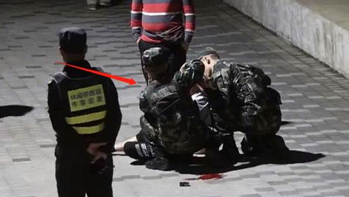 老人突然摔倒吓跑路人 武警上演教科书式救援:我们不怕碰瓷的