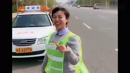 靠边停车完美30公分,看她嘚瑟那样,咱也没啥好羡慕的!