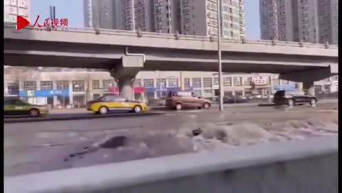 突发!北京海淀紫竹桥路面破裂跑水严重 行车如行舟