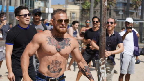 UFC嘴炮哥大摇大摆上街,受到粉丝们热捧,细看一下发现事情不对
