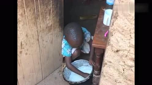 非洲小孩在吃东西,看着小孩拿着勺子使劲挖,觉得很心酸!
