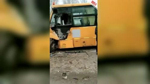 黑龙江肇东一货车司机开车疑玩手机走神 迎面撞上校车