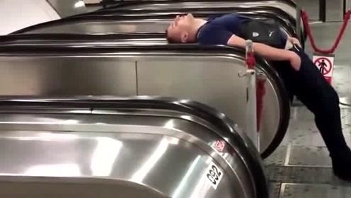 小伙竟睡在电梯扶手上!真是太奇葩了,这能睡得着吗?