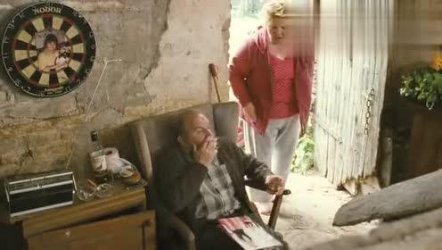 杀手面包师:老大爷抽烟!被老婆抓住!这下要挨死打咯