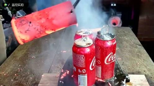 牛人实验1083度的铜水倒在可乐上,旁人吓得赶紧躲到一边