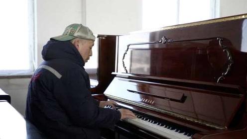 高手在民间!油漆工自学钢琴,不识谱却能弹200首曲