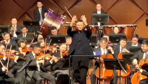 """马云听演唱会亲自上台指挥,完美诠释""""多财多艺""""的含义了"""