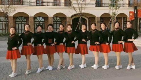 大家一起跳广场舞《再唱山歌给党听》强身健体,每天收获小快乐!