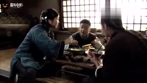 闯关东:一家人正在吃饭,大娘听到屋外声音,开门一看泪流门面