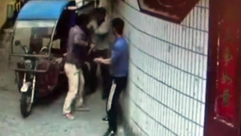 男子拔刀当街扎刺环卫工 过路快递小哥徒手夺刀受伤