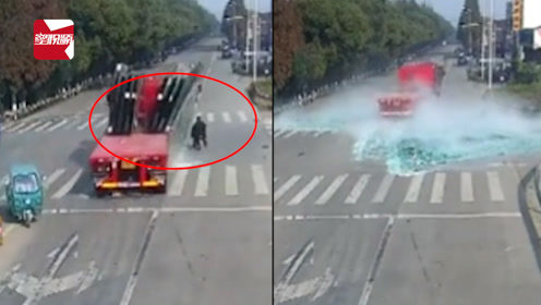 太吓人!满载玻璃的大货车突然倾斜,过路行人瞬间被掩埋