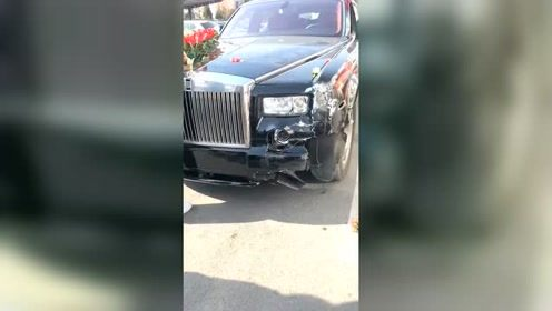劳斯莱斯车头被撞,五菱神车这次赚大发了