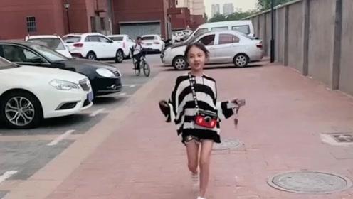 接女儿放学回家的路上,拍下的,这种向我跑来的感觉太爽了