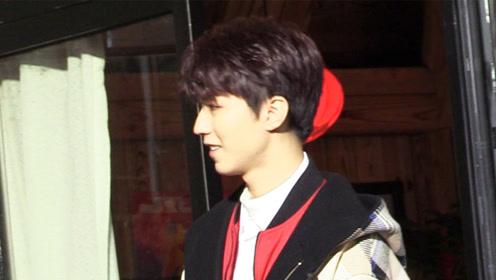 王俊凯喜庆红衣造型曝光,拍摄全程气氛欢乐不时展露开心笑容