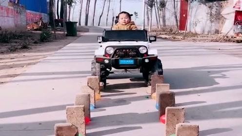 农村奶爸为女儿买的玩具越野车,这玩法厉害了,哄孩子开心不容易啊!
