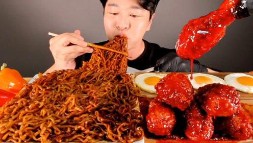 韩国小哥吃爆辣鸡腿,火鸡面裹满酱汁,溏心蛋也太好吃了吧!