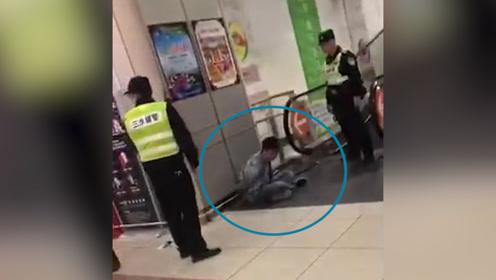 因感情纠纷 佛山一男子闹市持刀伤人 民警迅速赶到将其当场抓获