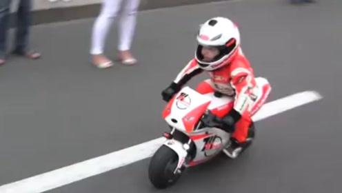 三岁小男孩变摩托车赛车手,现场现车技引路人纷纷围观,帅爆了