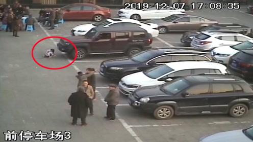 4岁女孩蹲地玩耍被越野车卷入车底 众人联合施救