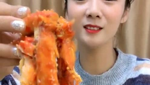 漂亮姐姐吃蟹腿肉,倒上一包酱料火辣辣的!