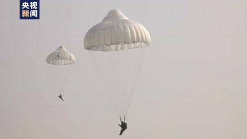 湖北数千名新兵完成千米高空第一跳