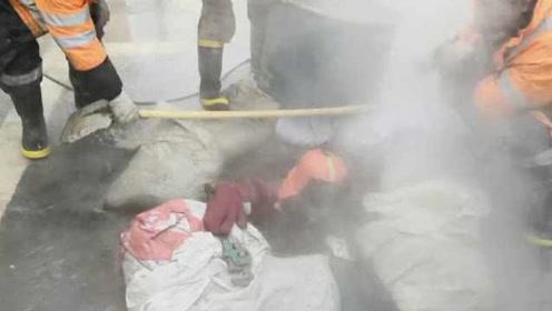 供热管爆裂,工人穿隔热服下井关阀门:水温80℃只能坚持30秒