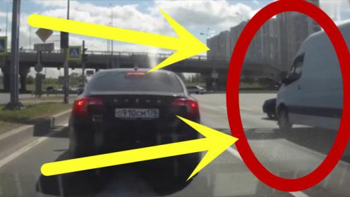 男子别车被当场教训,不服输的他竟当场发飙,监控还原全过程!